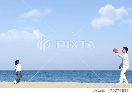 砂浜で野球をする親子 76776637