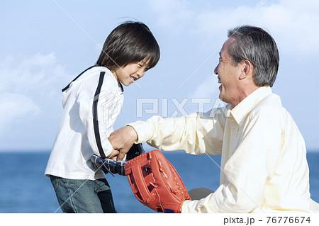 孫に野球を教える祖父 76776674