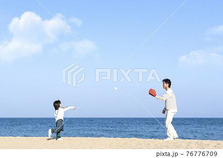 砂浜で野球をする親子 76776709