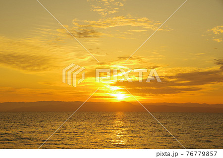有明海と朝日に照らされて輝く雲 76779857