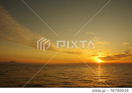 有明海と朝日に照らされて輝く雲 76780026