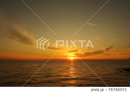 有明海と朝日に照らされて輝く雲 76780055