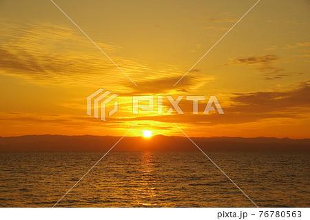 有明海と朝日に照らされて輝く雲 76780563