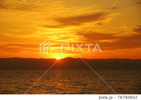 有明海と朝日と照らされて輝く雲 76780602