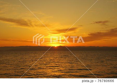 有明海と日の出と照らされて輝く雲 76780666