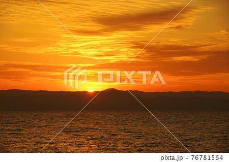 有明海と日の出と照らされて輝く雲 76781564