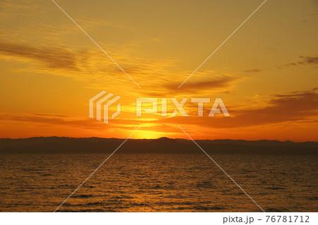 有明海と日の出と照らされて輝く雲 76781712