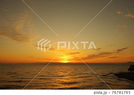 有明海の夜明けと照らされて輝く雲 76781765