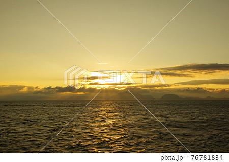 有明海と日の出と照らされて輝く雲 76781834