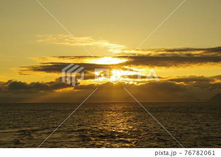 有明海と日の出と照らされて輝く雲 76782061
