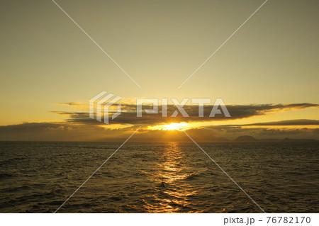 有明海と日の出と照らされて輝く雲 76782170
