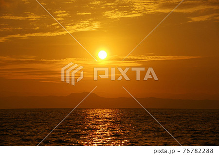 有明海と日の出と朝焼け 76782288