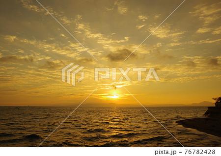 有明海と日の出と照らされて輝く雲 76782428