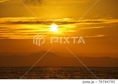 有明海と朝日と照らされて輝く雲 76784795