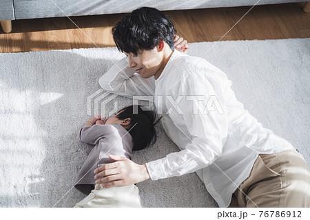 1歳の男児を寝かしつける30代パパ 76786912