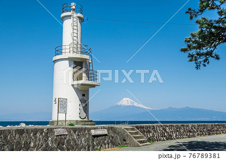 【青空の沼津市戸田灯台と富士山】 76789381