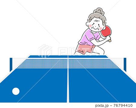 卓球をする年配の女性のイラスト 76794410