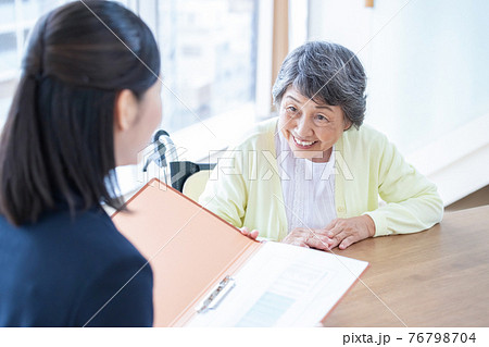 ライフプランについて相談するシニア女性と女性相談員 76798704
