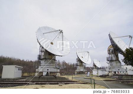 電波望遠鏡が並ぶ野辺山の天文台 76803033