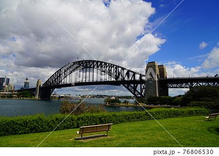 オーストラリア シドニーのハーバーブリッジと街並みをシドニー湾の対岸から眺めた風景 76806530