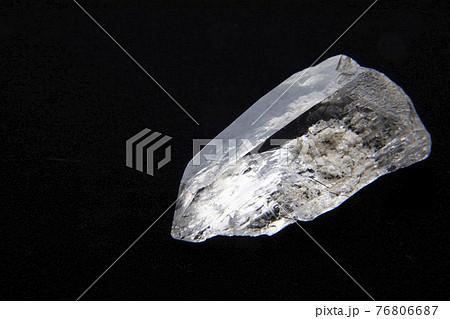 黒背景の綺麗な水晶 76806687