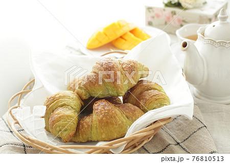 食卓の抹茶抹茶クロワッサンとカットマンゴー 76810513