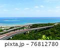さわやかな青空とニライカナイ橋 76812780