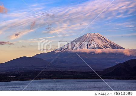 (山梨県)夕暮れの紅富士と雲・本栖湖 76813699