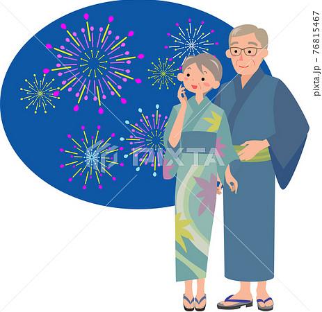 花火を見る浴衣を着たシニアカップル 76815467