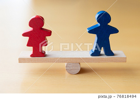 シーソーの上の男女 ジェンダー平等 男女同数のイメージ 76818494