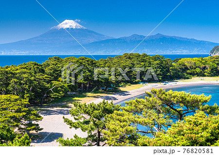 《静岡県》富士山と新緑の御浜岬 76820581