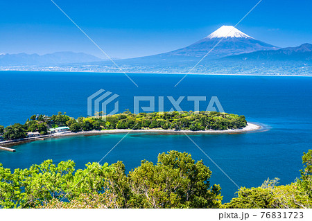 《静岡県》富士山と新緑の大瀬崎 76831723
