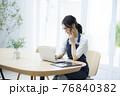 パソコンを見るエプロンの女性 76840382