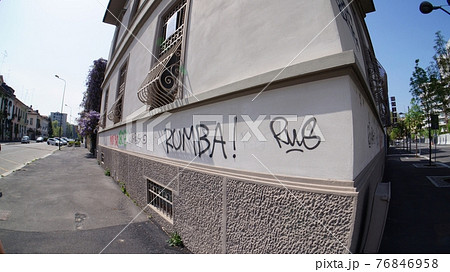 ヨーロッパの街並みに書かれたグラフティ 76846958
