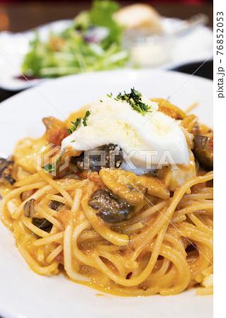 美味しいモッツアレラチーズとトマトソーススパゲティー 76852053