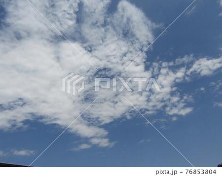 春の青い空と白い雲 76853804