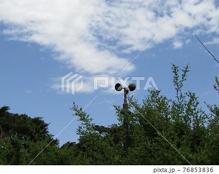 春の青い空と白い雲 76853836