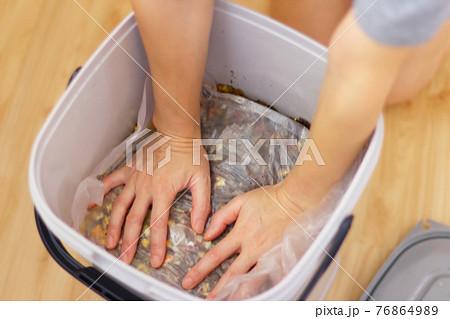 ぼかし堆肥作りの工程 上から押して空気をぬく作業 76864989