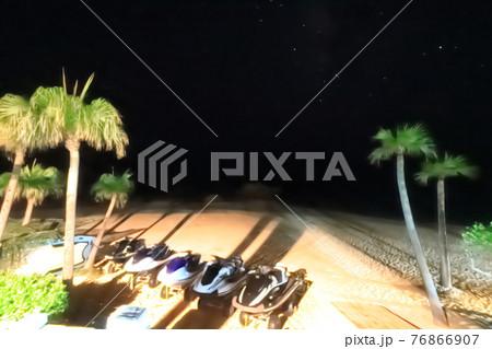 星空の下のヤシの木とモーターバイク(奄美大島用安海岸) 76866907