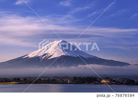 (山梨県)早朝の河口湖畔から望む富士山・雲海 76876584