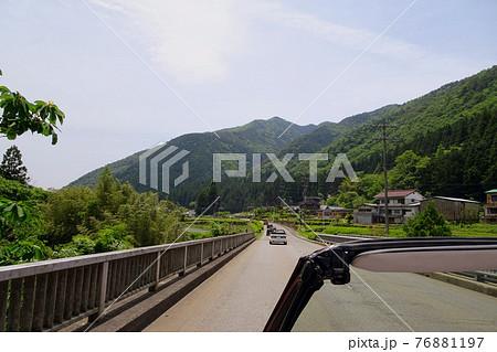 せせらぎ街道をドライブするオープンカー/神谷橋(岐阜県飛騨市) 76881197