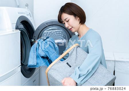 洗濯をする女性 76883024