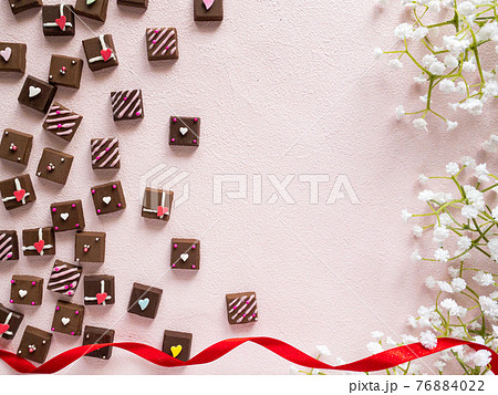 デコレーションしたチョコとかすみ草ピンク背景 76884022