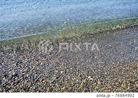 玉砂利の海岸線・るもいゴールデンビーチ 76884902