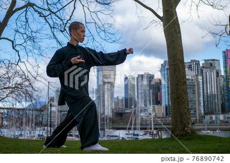 公園で太極拳を舞う中国人男性(全身) 76890742