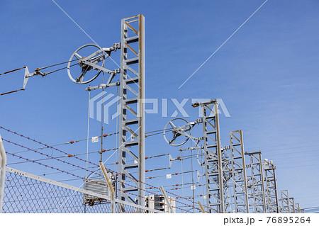 電車の架線用支柱と張力調整用重り 76895264