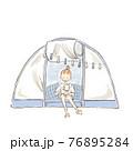 テントでコーヒーを飲む若い女性のイラスト 76895284