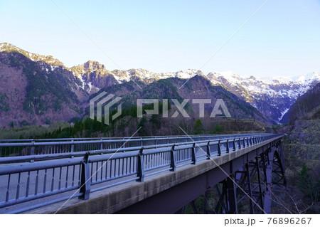 北アルプス大橋から見る日の出の笠ヶ岳 76896267