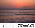 夕暮れの富士山(藤沢市江の島付近から相模湾を挟んで臨む) 76900303