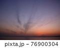 夕暮れの富士山(藤沢市江の島付近から相模湾を挟んで臨む) 76900304